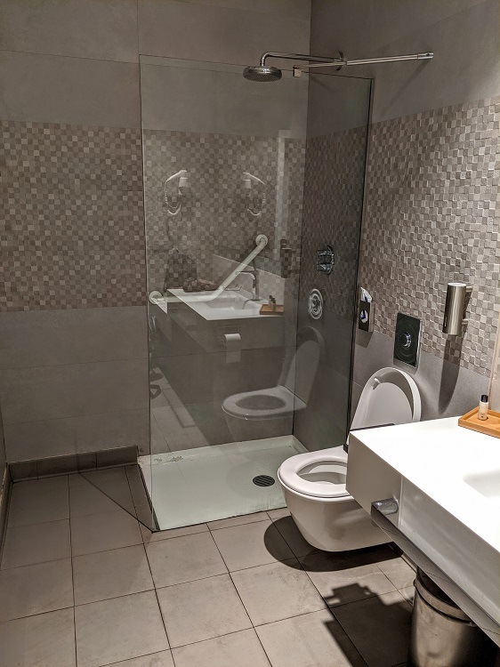 Shower in Puerta de Alcala lounge at Madrid airport (Priority Pass)